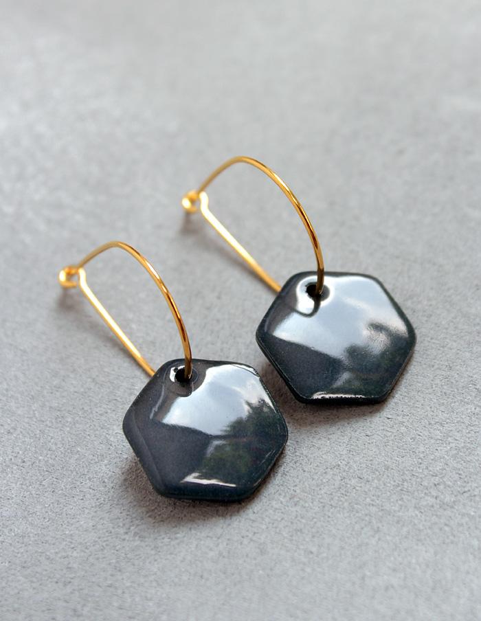 Schwarzer Schmuck aus Porzellan wie diese geometrischen Ohrringe dienen als besondere Mode Accessoires