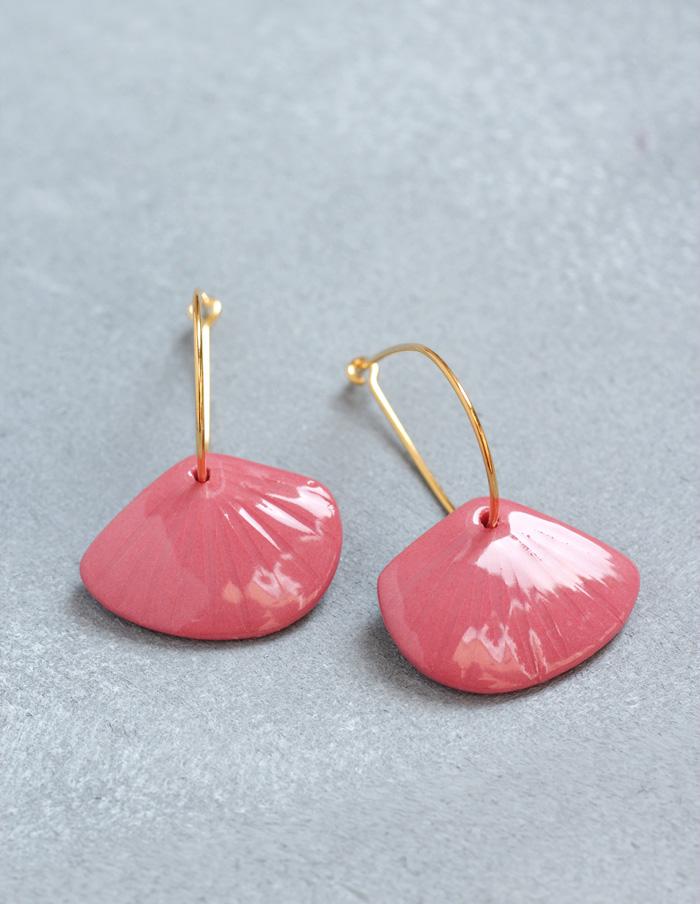 Die Ohrringe aus Porzellan mit Gold Kreolen erinnern an Muscheln