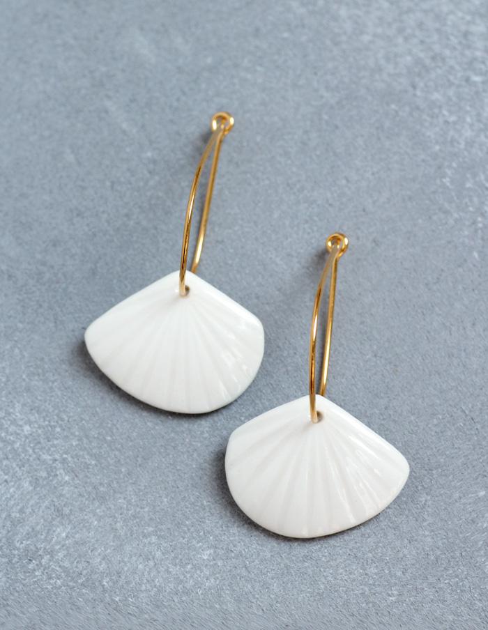 Weißer Schmuck aus Porzellan mit Gold Kreolen